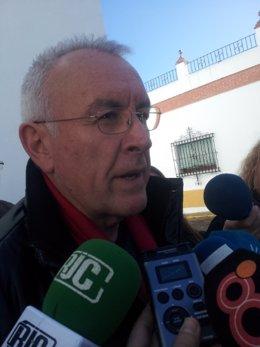 Cayo Lara en declaraciones a los medios en Conil de la Frontera