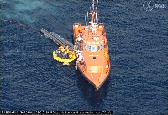 Salvamento Marítimo rescata a los 18 supervivientes del naufragio en Alhucemas