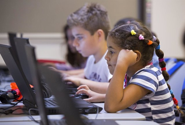 Programa Proinfancia de Obra Social La Caixa. Alumna, ordenador, estudiante