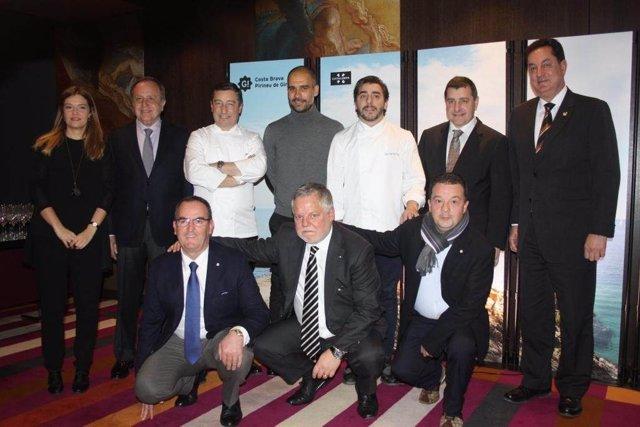 Pep Guardiola junto con los hermanos Roca promocionando el turismo