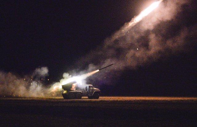 Fuerzas ucranianas lanzan un misil a separatistas prorrusos cerca de Debaltseve,