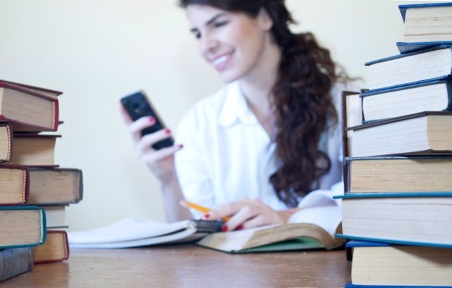 Estudiante con el teléfono móvil