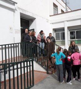 Gómez y Ceballos (en la escalera) en la visita al CEIP
