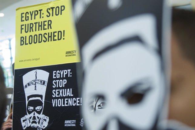Acto de Amnistía Internacional en Berlín contra violencia sexual en Egipto