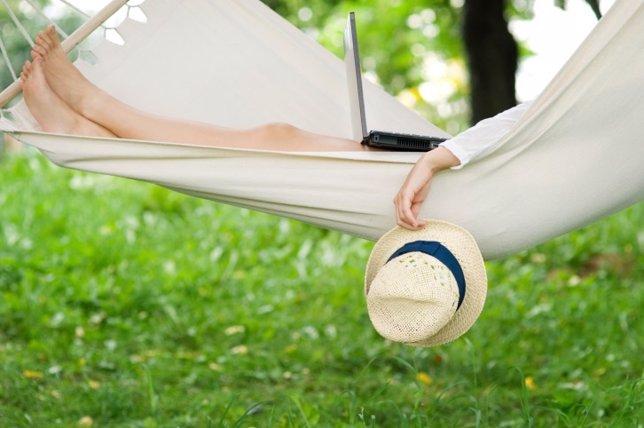 Dormar el estrés, relajación, siesta, hamaca, sombrero