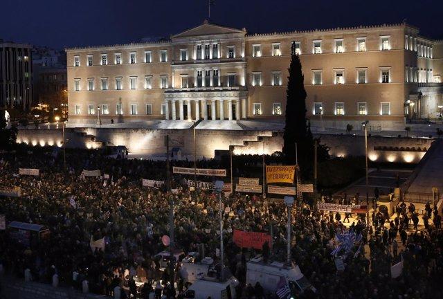 Manifestación ante el Parlamento en Atenas en apoyo al Gobierno de Tsipras