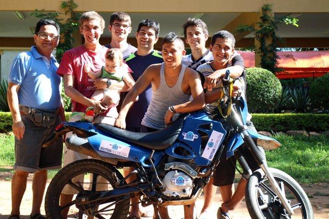 Fabián C. Barrio entrega la primera moto solidaria de 'Expedición Mutua Madrileñ