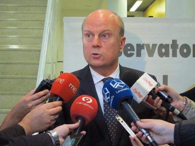 Máximo Buch atiende a los medios tras el Observatorio del Comercio.