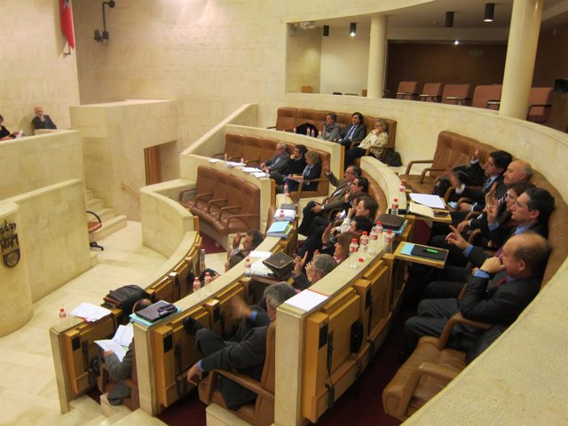 Pleno del Parlamento de Cantabria en la votación de enmiendas de los PGC