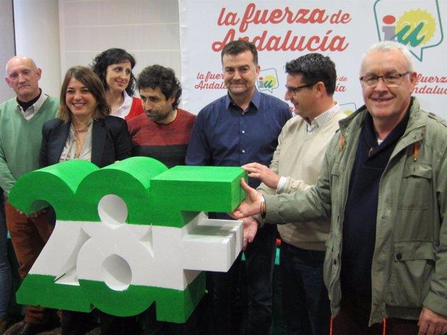 Maíllo (centro), con Elena Cortes (izda.) y Cayo Lara (dcha.)