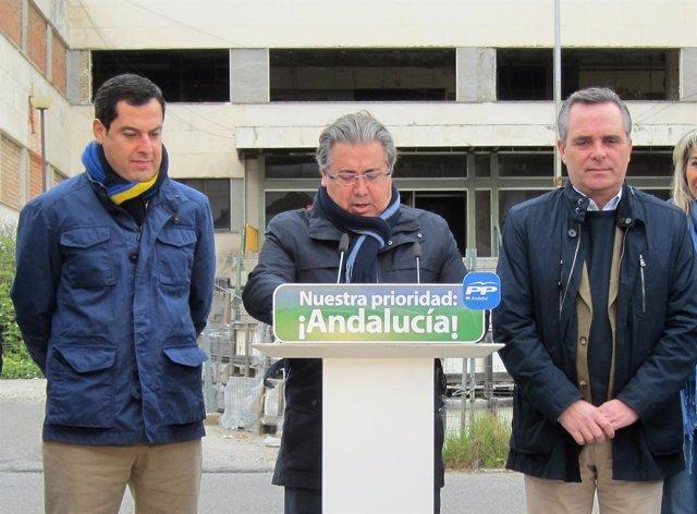 Juanma Moreno, Juan Ignacio Zoido y Juan Bueno, en Sevilla.