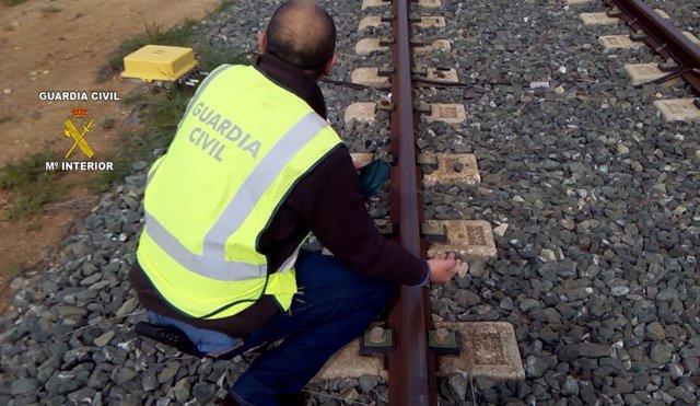 Agente en la vía férrea