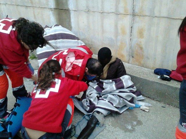 Cruz Roja atiende a un inmigrante en la frontera de Ceuta