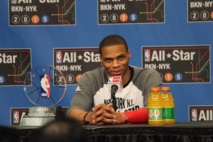 Westbrook celebra ser el MVP del All-Star Game de la NBA