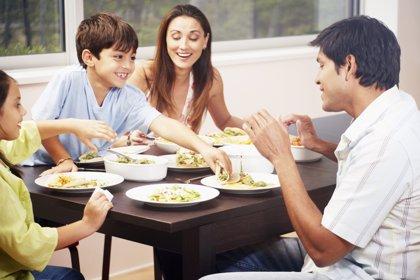Motivos científicos para cenar con los hijos en familia