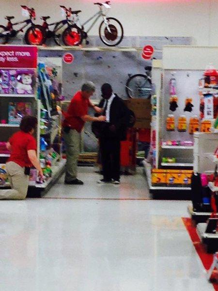 Yasir dejándose aconsejar por un empleado de Target