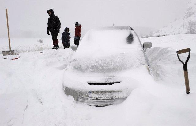 Coche atrapado por la nieve, temporal, carreteras, circulación
