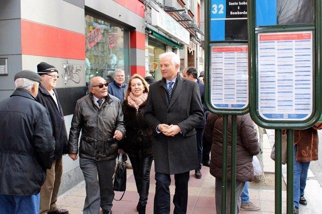 El portavoz del PP, Eloy Suárez delante de una parada del autobús 32