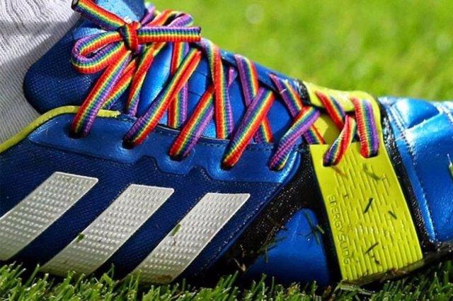 Botas con los cordones con los colores del arcoiris