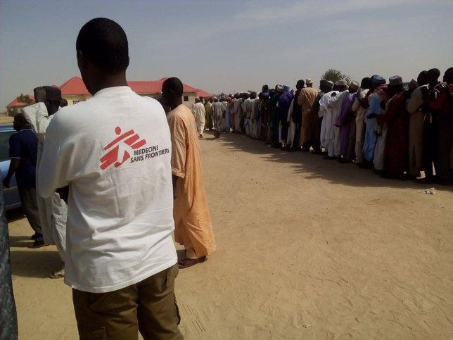 Refugiados que huyen de la violencia en Nigeria, ayudados por MSF