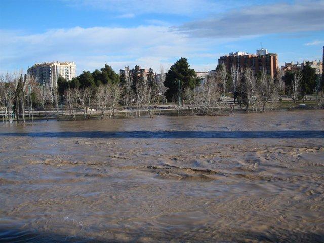 El río Ebro, a su paso por Zaragoza durante la anterior crecida.