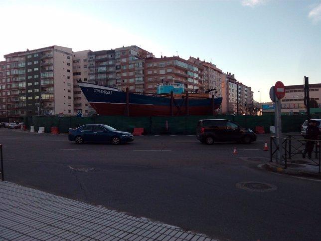 Barco 'Bernardo Alfageme' en una rotonda de Coia, en Vigo