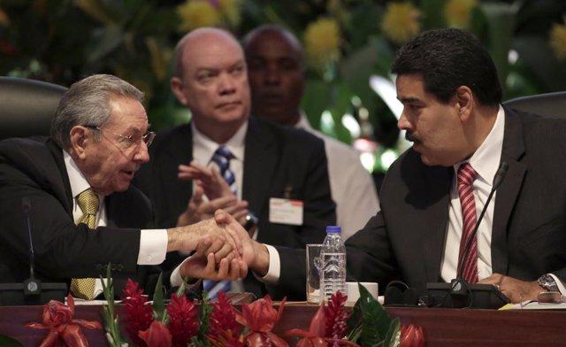 Los presidentes de Cuba, Raúl Castro, y Venezuela, Nicolás Maduro
