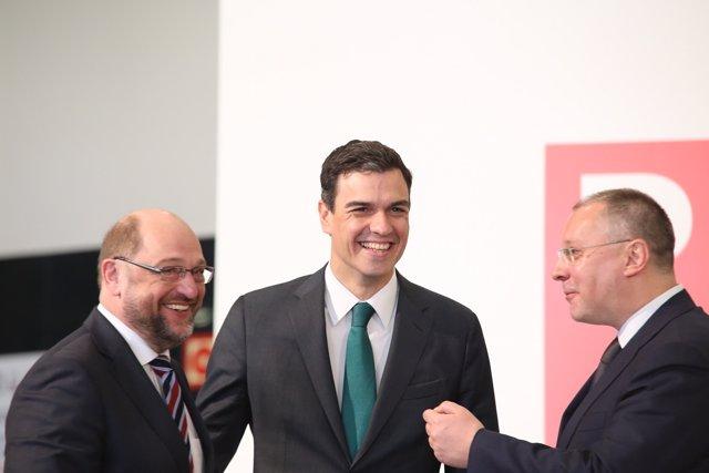 Pedro Sánchez con Martin Schulz (izquierda) y Sergei Stanishev