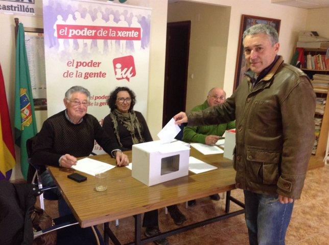 Manuel González Orviz votando en las primarias para la candidatura de IU