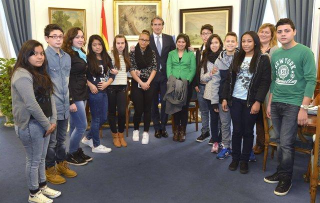 El alcalde con alumnos del colegio San Martín