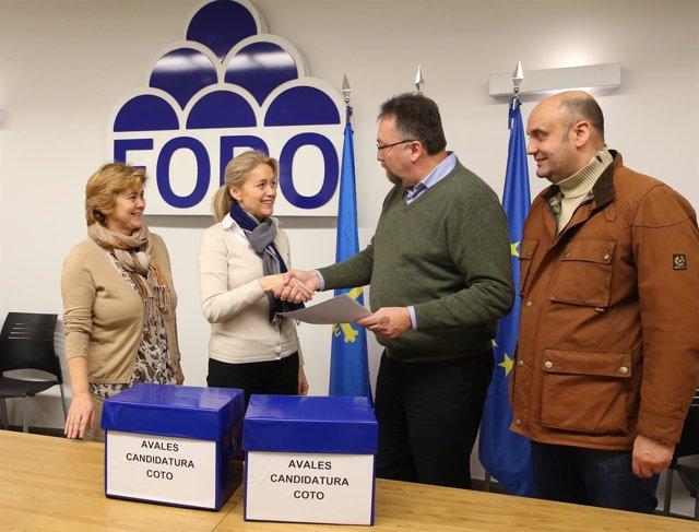 Cristina Coto haciendo entrega de los avales a su candidatura