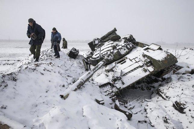Carro de combate y milicianos separatistas cerca de Debaltseve
