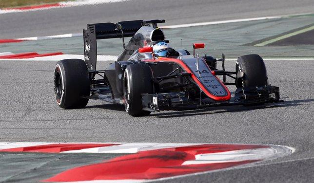 Fernando Alonso con su McLaren en Montmeló