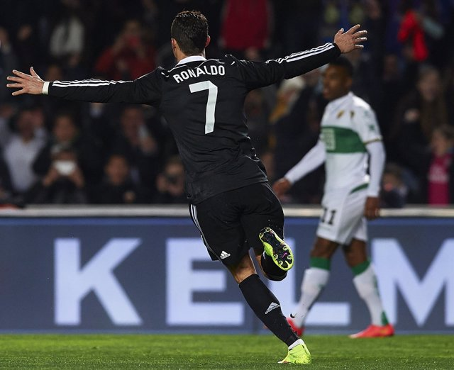 Cristiano Ronaldo marca ante el Elche