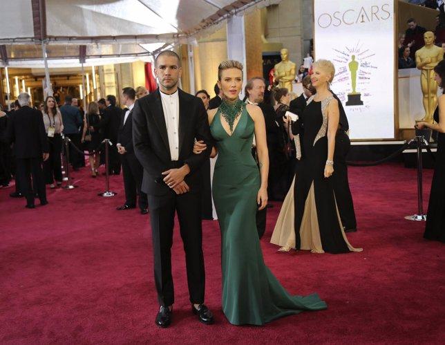 Scarlett Johanssony su esposo Romain Dauriac en la gala de los Oscar