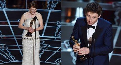 Julianne Moore, Oscar como mejor actriz, y Eddie Redmayne, mejor actor