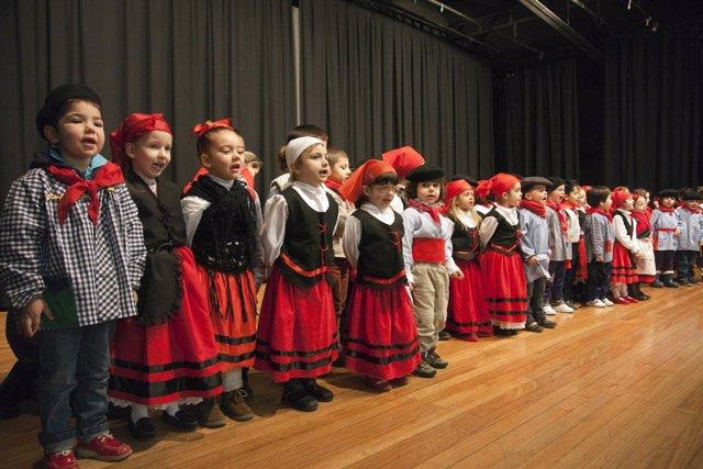 Escolares de Camargo cantan las marzas