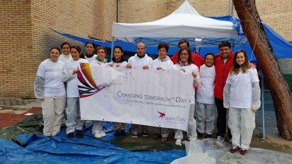 Los empleado de Astellas Pharma cambian un día de trabajo por un día de participación en proyectos sociales