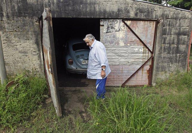 El presidente uruguayo, Jose Mujica, con su coche