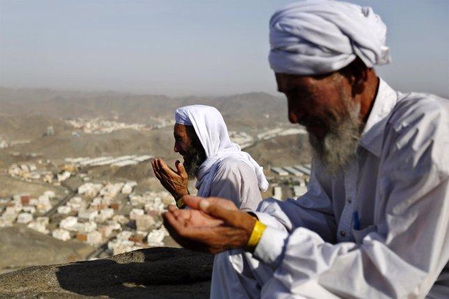 Dos fieles rezan en La Meca