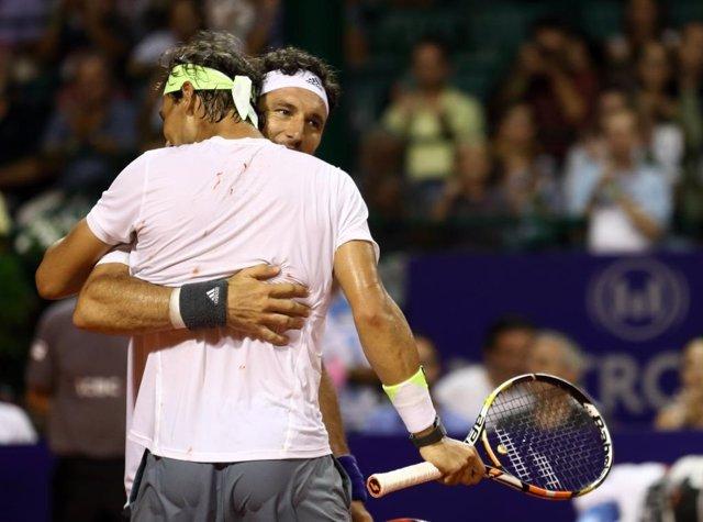 Nadal y Mónaco se abrazan tras ganar su partido en Buenos Aires