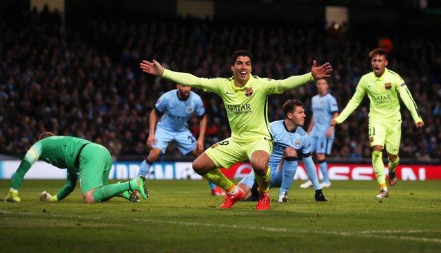 Luis Suárez celebra el doblete en Manchester