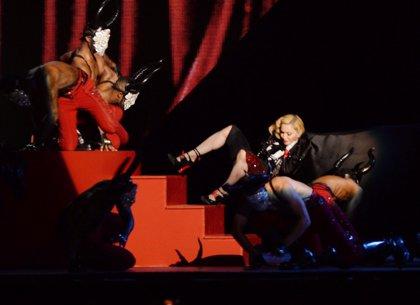 Madonna se despeña en los Brit Awards (Vídeo)
