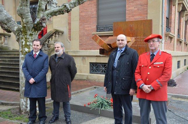 Fernández, Ciriza, el consejero Morrás y Goñi, ante la escultura.