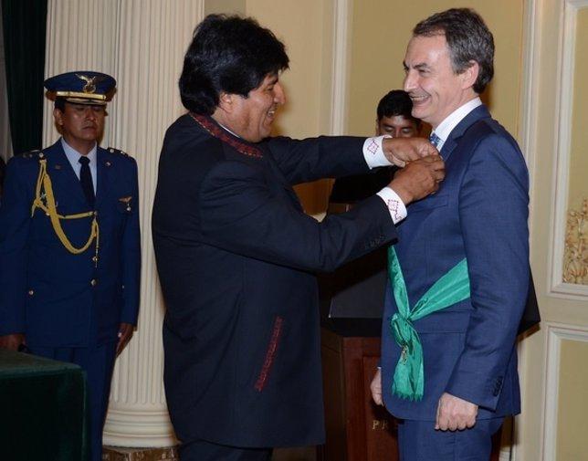 Zapatero recibe de Evo Morales distinción en Bolivia