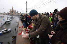 Más de 200 personas despiden con flores a Nemtsov en el centro de Moscú