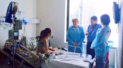 Bachelet visita a la niña que pide la eutanasia para acabar con su enfermedad