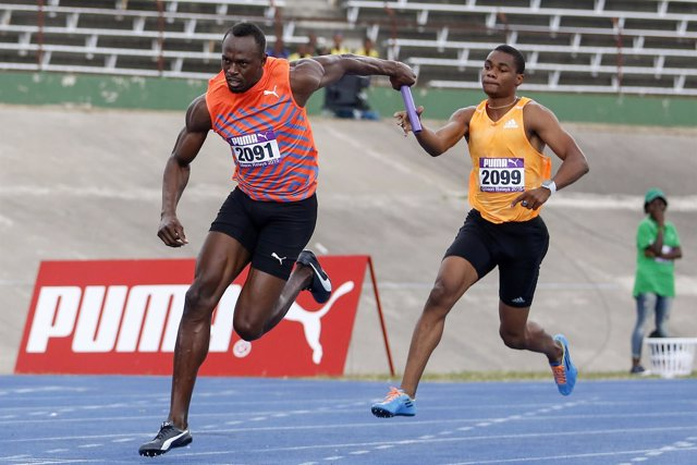 Usain Bolt en carrera de relevos en Jamaica