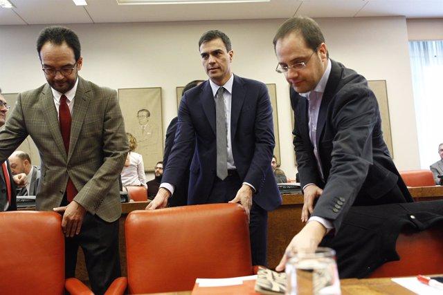 Antonio Hernando, Pedro Sánchez y César Luena en la reunión del grupo socialista