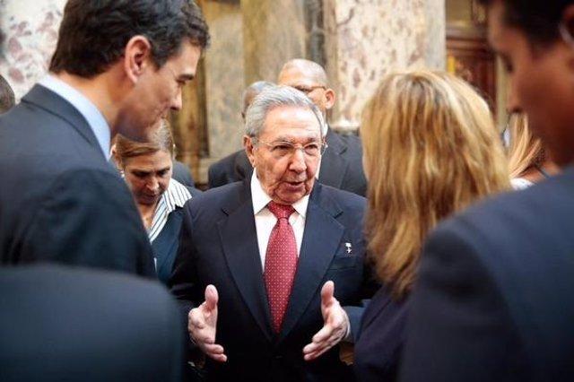 Pedro Sánchez con Raúl Castro en Uruguay